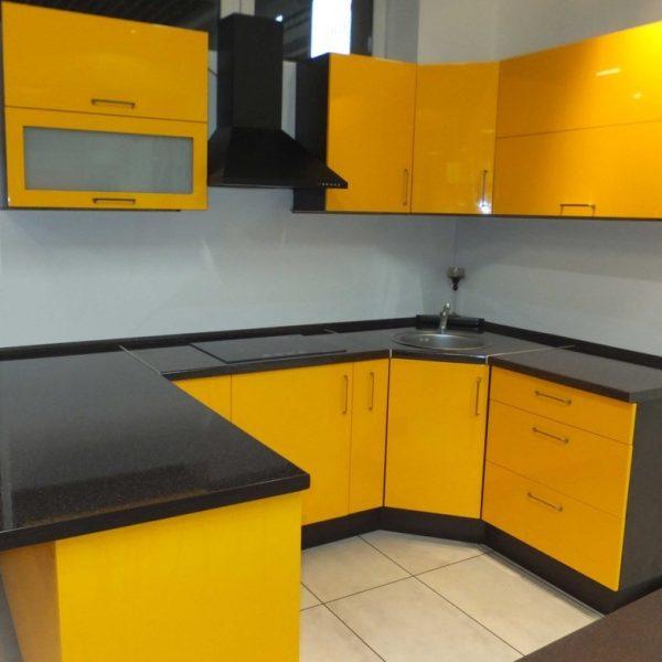 Geltonas virtuvės baldų komplektas
